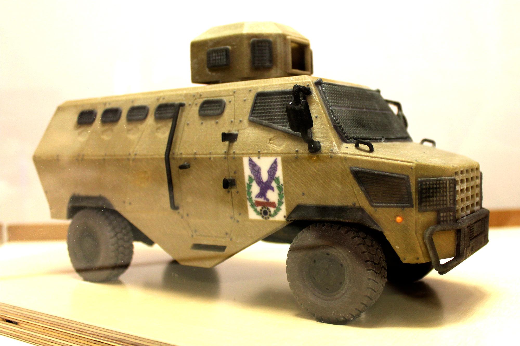 Maqueta impresa en 3D de un camión blindado del ejercito de tierra realizada en el fablab de EXarchitects