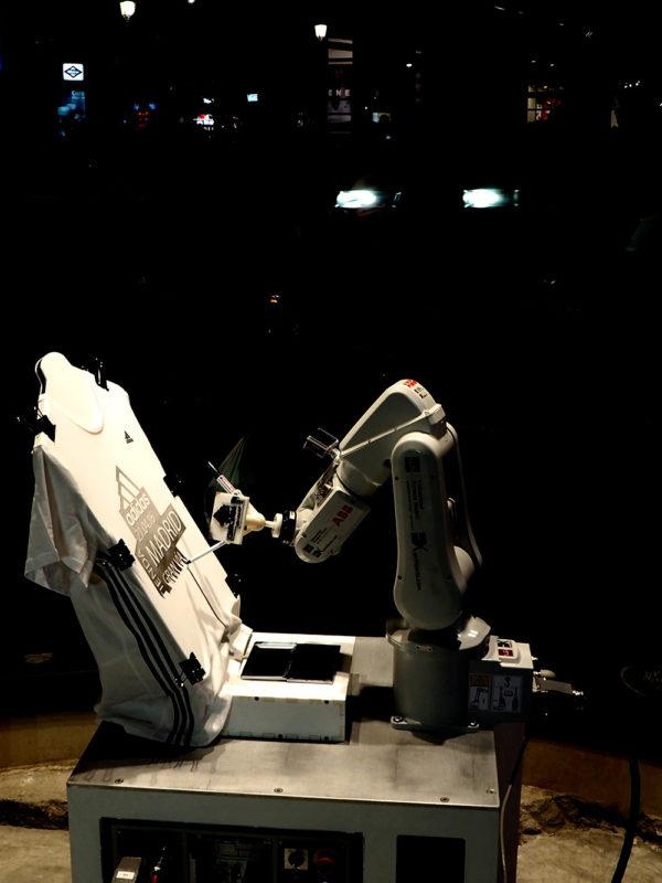 Retratos robots, acción creativa de EXarchitects para Adidas con robot abb
