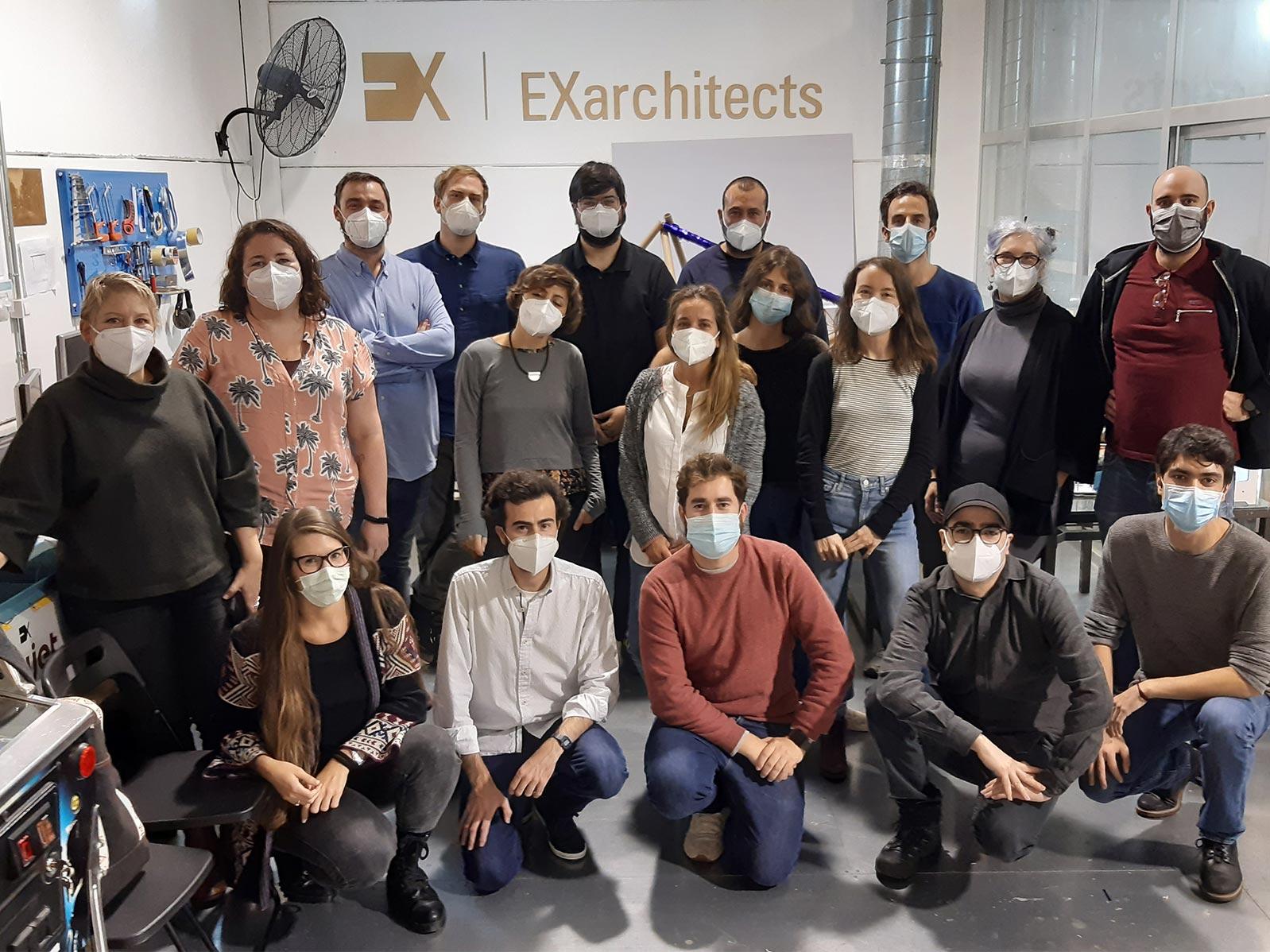 Foto de familiar, con los alumnos de la I residencia de Experimentación con fabricación digital con EXarchitects y FABdeFAB durante iAtelier para Fundesarte y EOI
