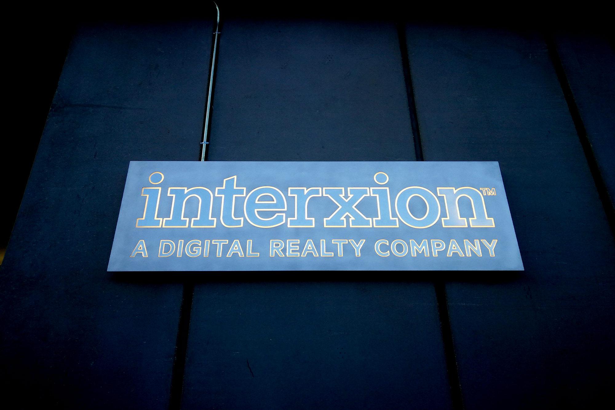 Cartel aluminio para Interxion en una de sus sedes de Madrid